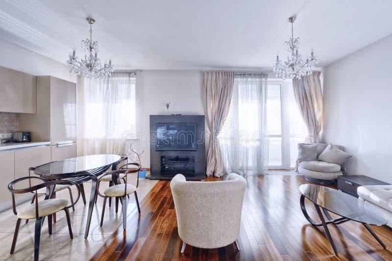 Интерьер кухн-живя комнаты в современном доме стоковая фотография rf