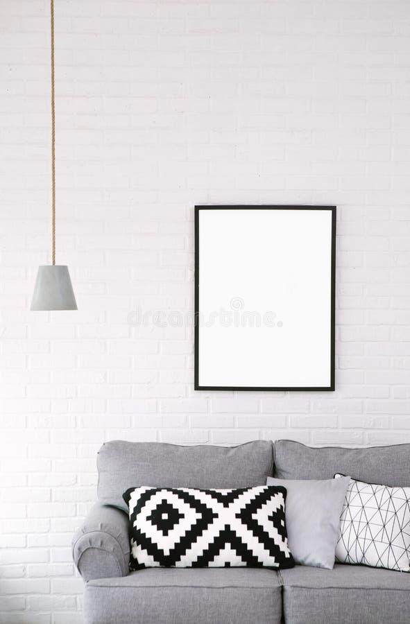 Интерьер лампы изображения софы минимализма стиля комнаты стоковое фото rf