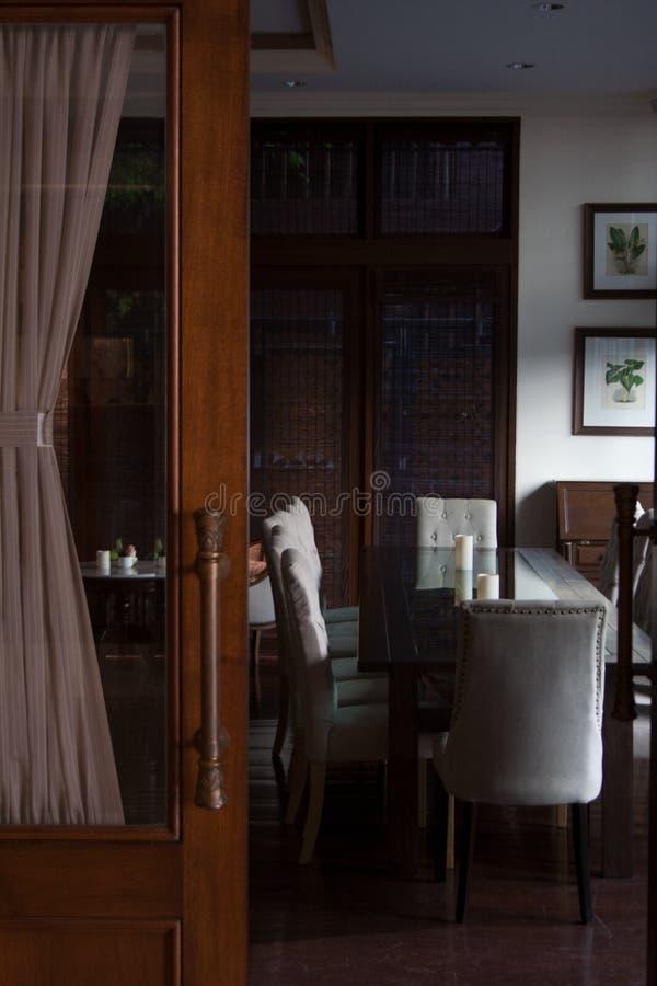 Интерьер лобби за деревянной дверью с занавесом mocha стоковое изображение rf