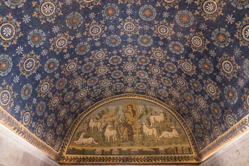 Интерьер мавзолея Galla Placidia, часовни украшенной с красочными мозаиками в Равенне Оно было обозначено как мир ЮНЕСКО стоковая фотография rf
