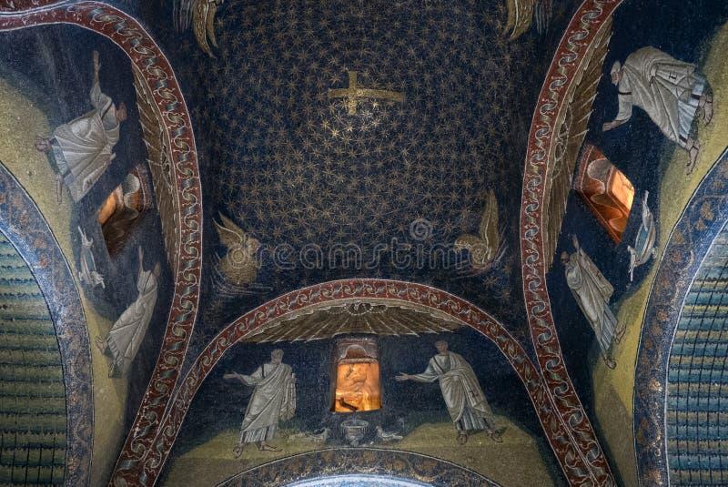 Интерьер мавзолея Galla Placidia, часовни украшенной с красочными мозаиками в Равенне Оно было обозначено как мир ЮНЕСКО стоковое изображение rf