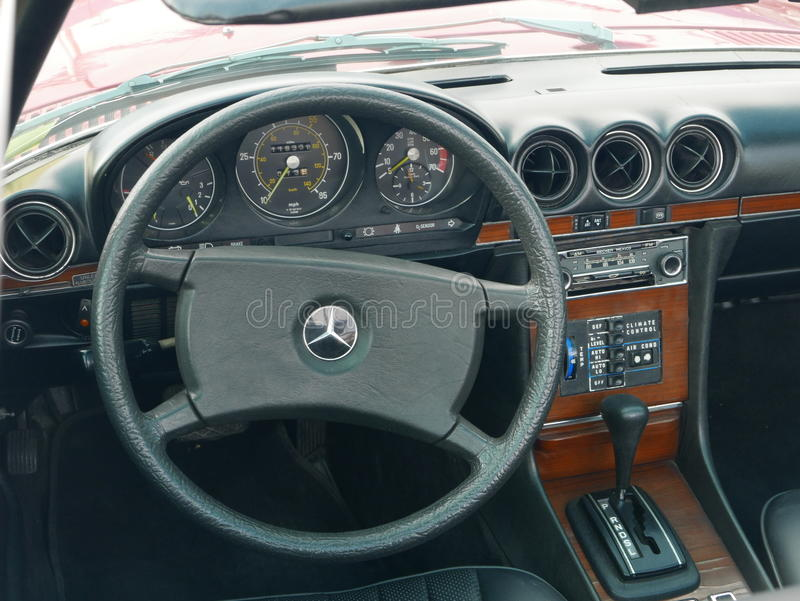 Интерьер Мерседес-Benz 450 SL припарковал в Лиме стоковые фотографии rf