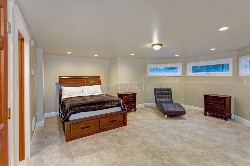 Интерьер места свадьбы отличает теплой бежевой спальней стоковое изображение rf