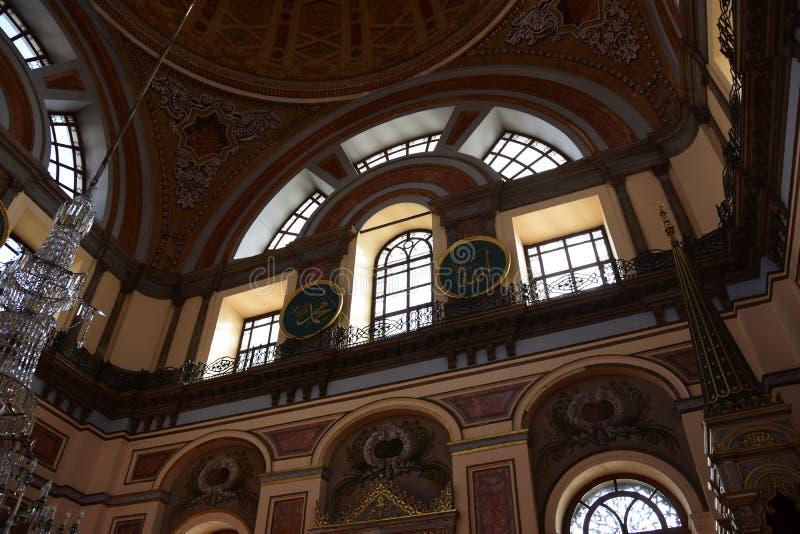 Интерьер мечети султана Dolmabahce Bezmialem Valide стоковые фотографии rf