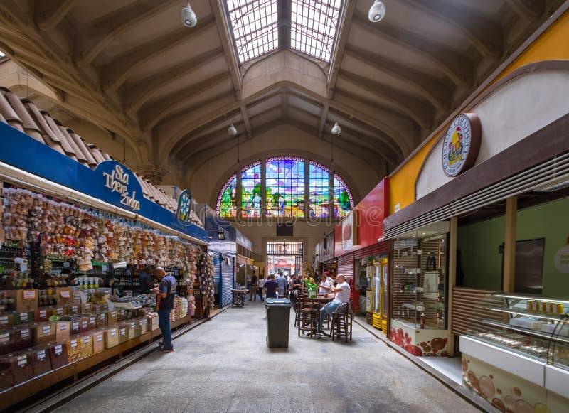 Интерьер муниципального рынка Mercado муниципального в городском Сан-Паулу - Сан-Паулу, Бразилии стоковая фотография rf