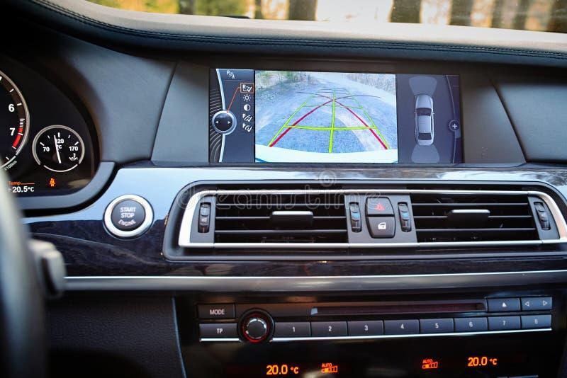 Интерьер наградного автомобиля с линиями динамической траектории камеры rearview поворачивая и паркуя ассистентом Система помощи  стоковая фотография rf