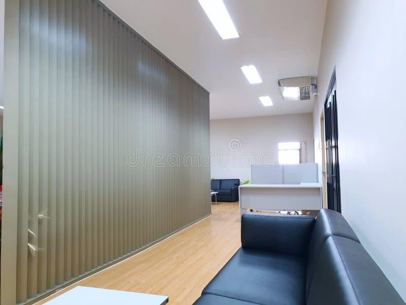 Интерьер небольшого современного интерьера зала ожидания и коридора в офисе стоковое изображение