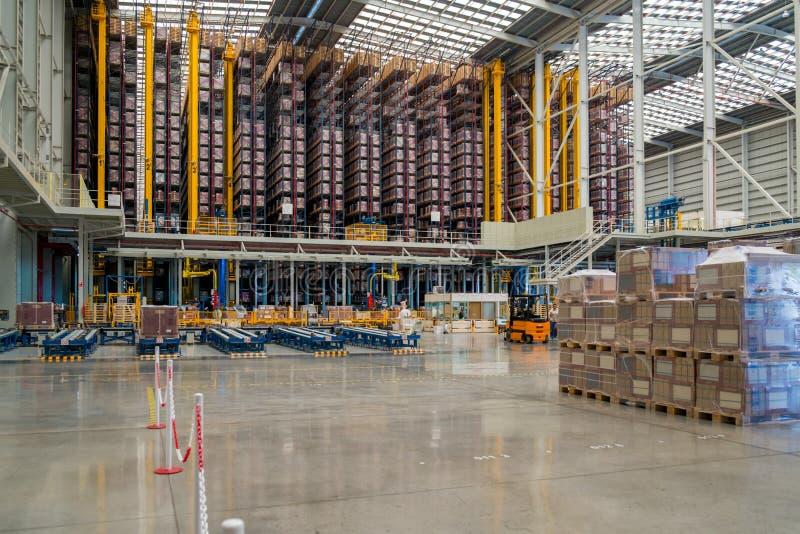 Интерьер нового большого автоматического склада стоковые изображения rf