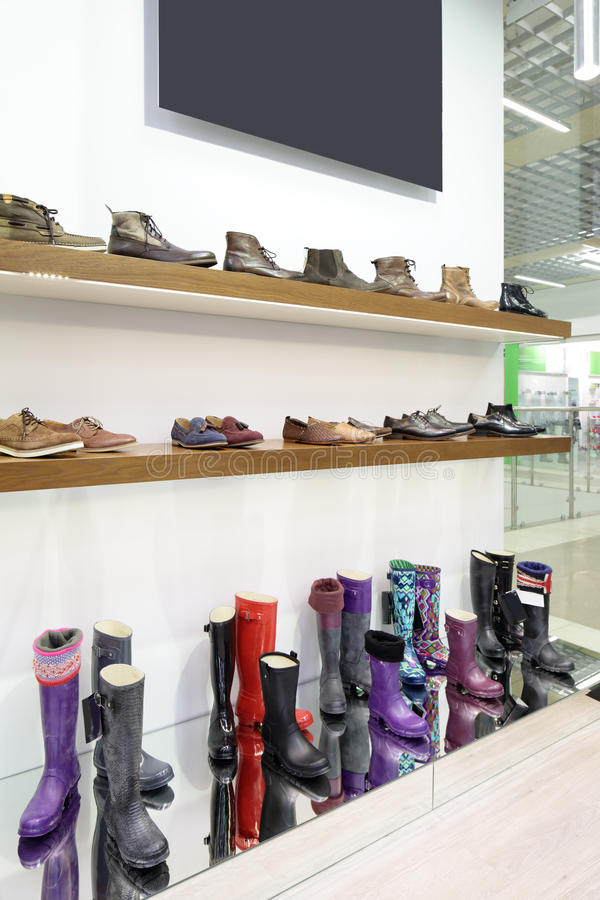 Download Интерьер обувного магазина в современном европейском моле Стоковое Фото - изображение насчитывающей indoors, мебель: 40575088