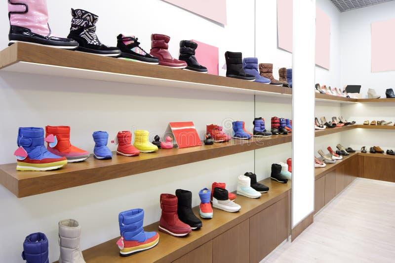 Download Интерьер обувного магазина в современном европейском моле Стоковое Фото - изображение насчитывающей вскользь, европейско: 40575416