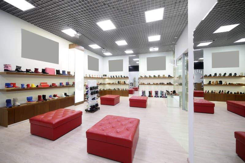 Download Интерьер обувного магазина в современном европейском моле Стоковое Фото - изображение насчитывающей цвет, разветвляя: 40575434