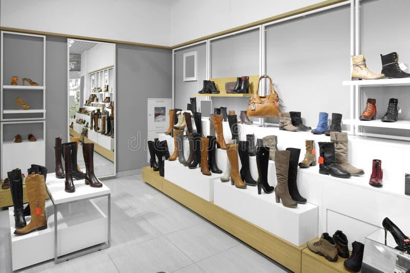 Интерьер обувного магазина в современном европейском моле стоковые фото
