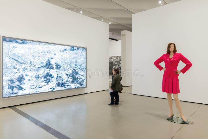 Интерьер обширного музея современного искусства стоковое изображение