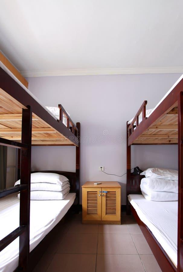 интерьер общей спальни 4 кроватей стоковые фотографии rf