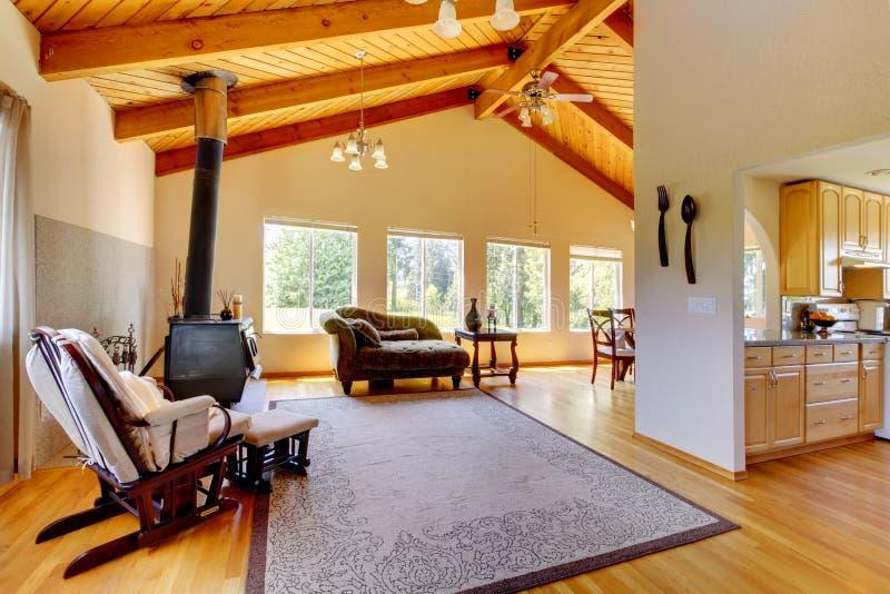 Интерьер дома стиля бревенчатой хижины стоковые изображения
