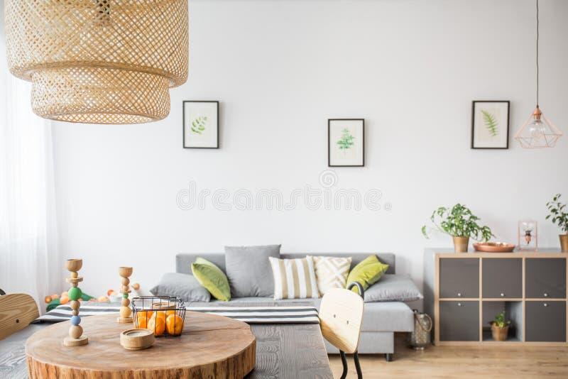 Интерьер дома с деревянными аксессуарами стоковое фото