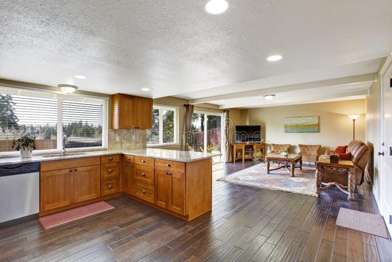 Интерьер дома с открытым планом здания Кухня и живущая комната стоковые изображения rf