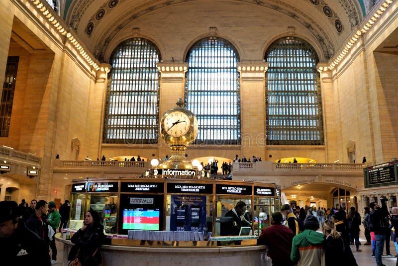 Интерьер основного конкурса большого центрального терминала с часами и людьми идя вокруг Красивые окна на заднем плане стоковые фотографии rf