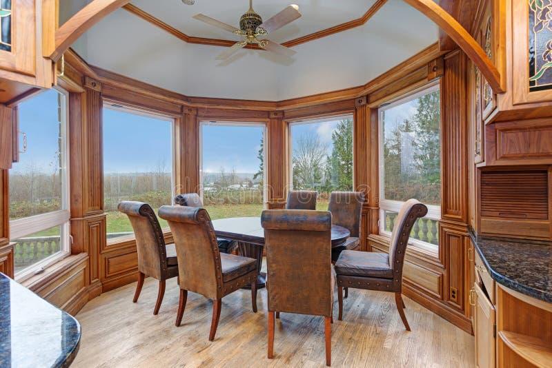 Интерьер особняка отличает nook завтрака эркера стоковые изображения