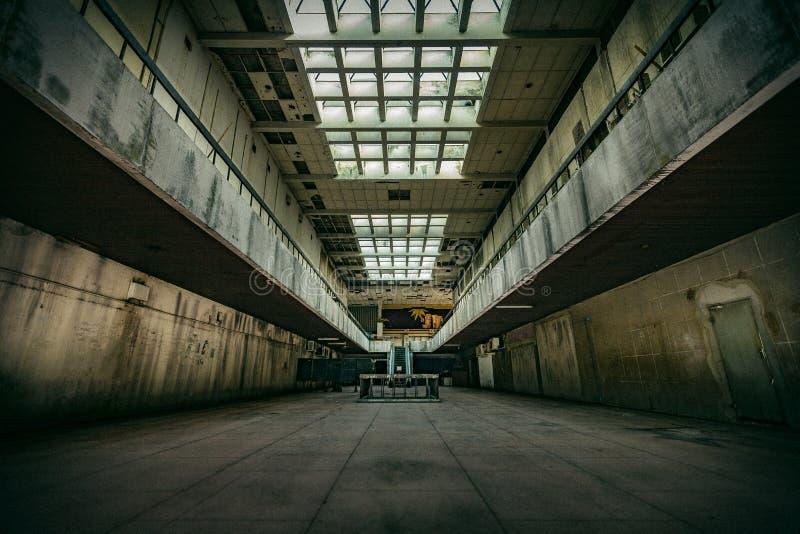 Интерьер покинутый театром стоковое фото