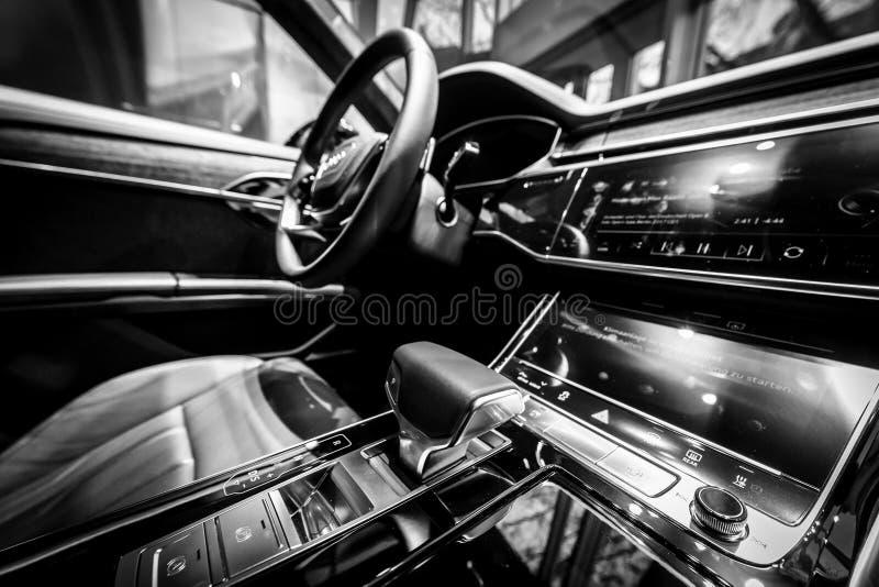 Интерьер полноразмерного роскошного автомобиля Audi A8 3 0 quattro 286PS TDI стоковые фото