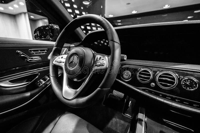 Интерьер полноразмерной роскошной подтяжки лица S-класса S350d W222 Мерседес-Benz автомобиля стоковое фото