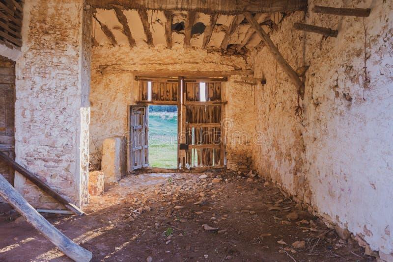 Интерьер получившегося отказ и разрушанного дома со сломленной деревянной дверью стоковая фотография