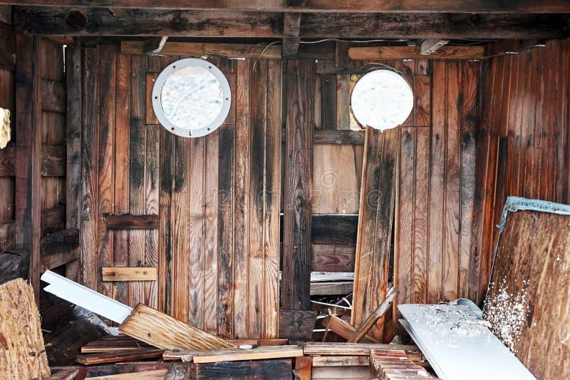 Интерьер получившейся отказ шлюпки краха деревянной стоковые изображения rf