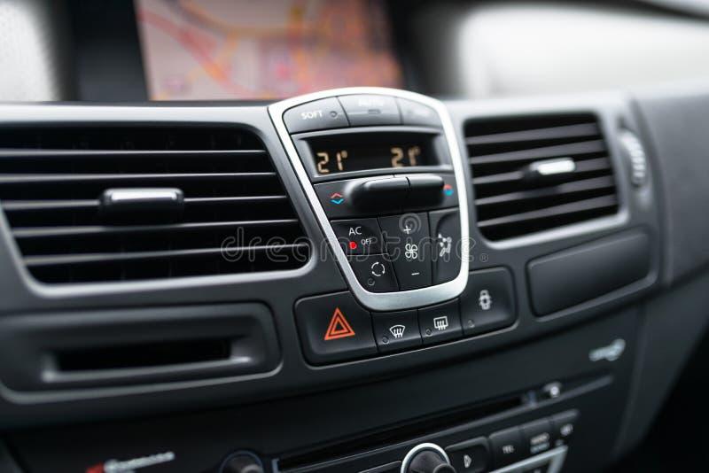 Интерьер приборной панели автомобиля современного автомобиля Черная арена с кнопкой и значок для варианта кондиционера, топления  стоковые изображения rf