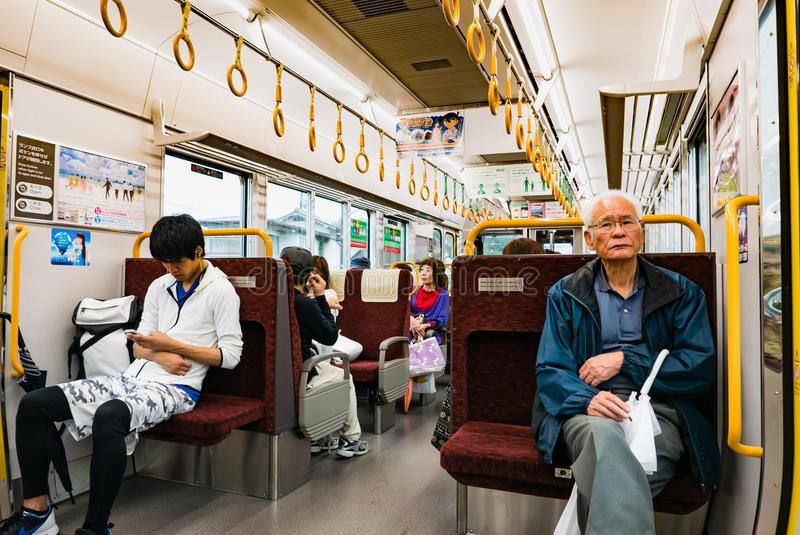 Интерьер пригородного поезда в Хиросиме, Японии стоковое изображение rf