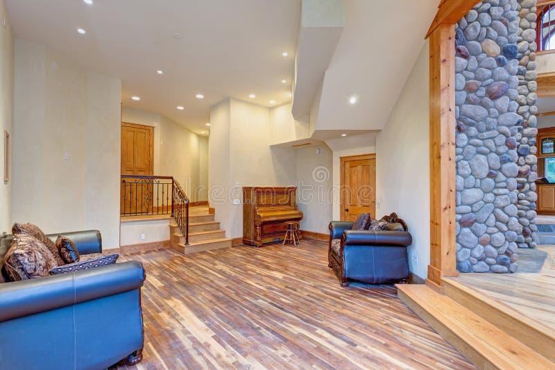 Интерьер прихожей особняка с смешанными деревянными полами стоковое фото rf