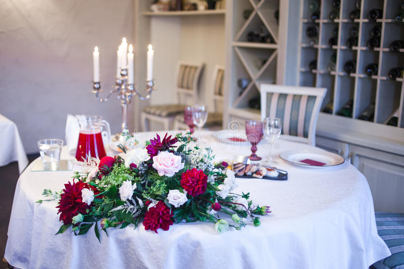Интерьер ресторана, большая таблица клал для банкета, украшенный в бургундских тонах стоковое фото rf