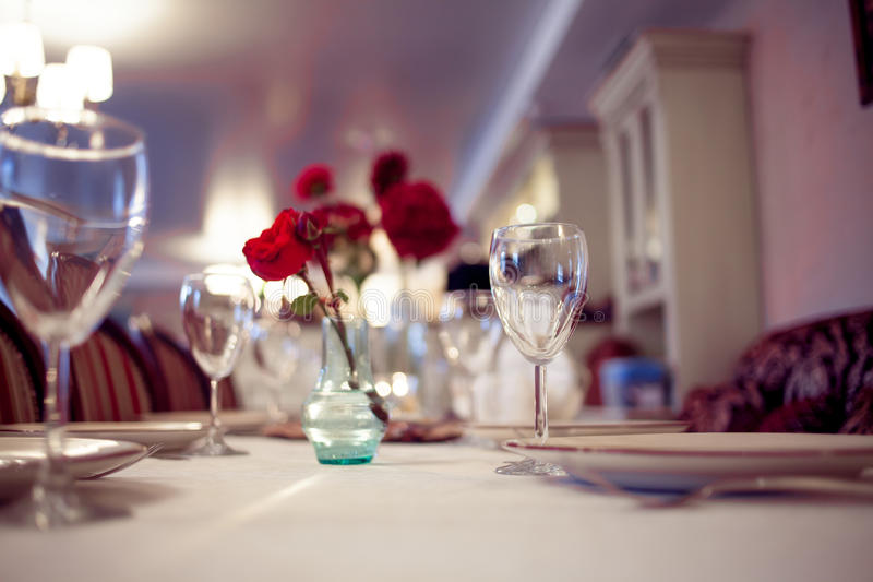Интерьер ресторана, большая таблица клал для стоковая фотография