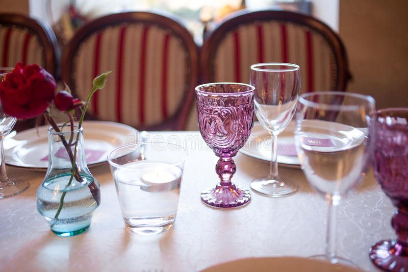Интерьер ресторана, большая таблица клал для стоковая фотография rf