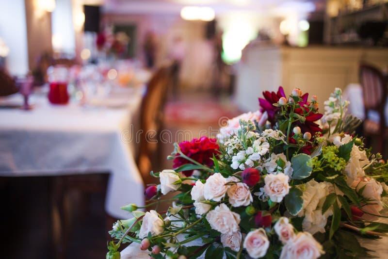 Интерьер ресторана, большая таблица клал для стоковые изображения rf