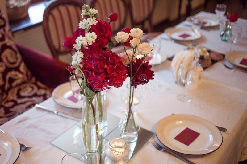 Интерьер ресторана, большая таблица клал для стоковое фото