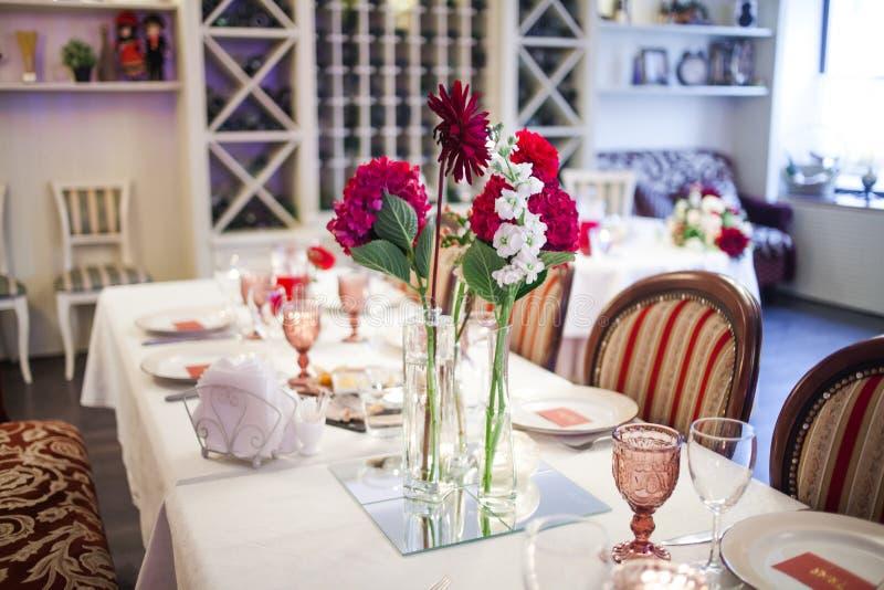 Интерьер ресторана, большая таблица клал для стоковые фото