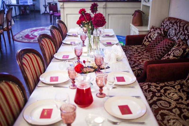 Интерьер ресторана, большая таблица клал для стоковое изображение rf
