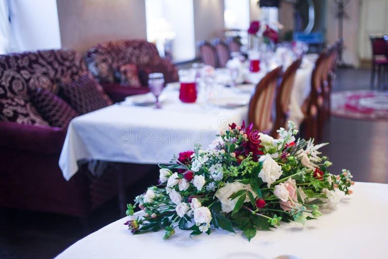 Интерьер ресторана, большая таблица клал для стоковые фотографии rf