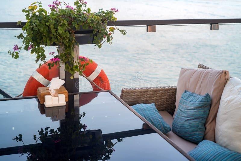 Интерьер ресторана на воде, софе и таблице стоковая фотография