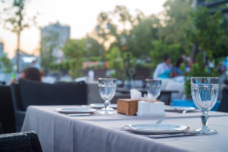 Интерьер ресторана на воде, софе и таблице стоковое фото rf