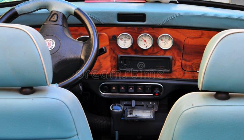 Интерьер ретро мини автомобиля бондаря стоковое изображение