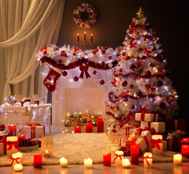 Интерьер рождества, свет камина дерева Xmas, украсил комнату стоковое изображение rf
