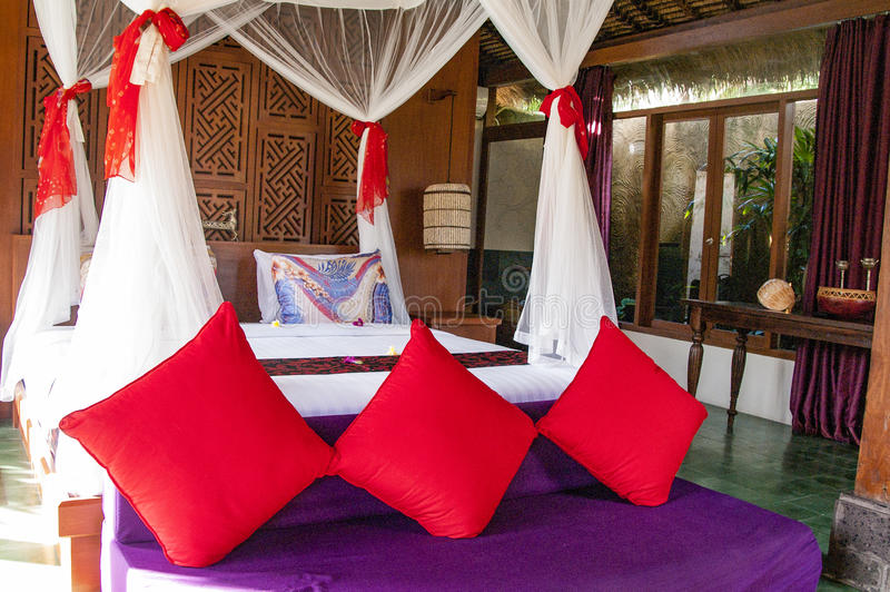 Интерьер роскошной тропической спальни стоковые фото