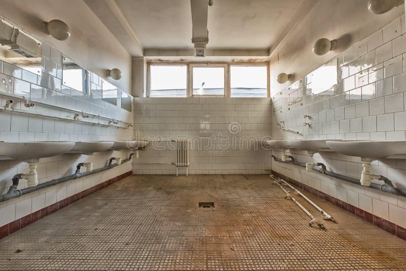 Интерьер санузла старого рабочего места общий стоковое изображение rf