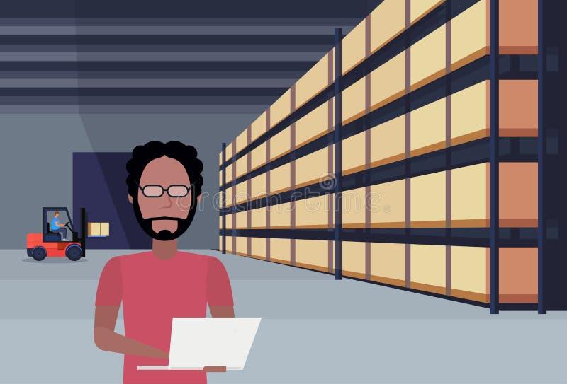 Интерьер склада африканского затяжелителя грузоподъемника человека работая используя коробку пакета ноутбука на обслуживании груз иллюстрация вектора