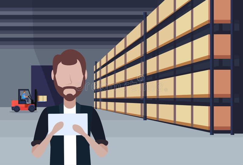 Интерьер склада затяжелителя грузоподъемника человека работая используя коробку пакета таблетки на концепции обслуживания груза п бесплатная иллюстрация