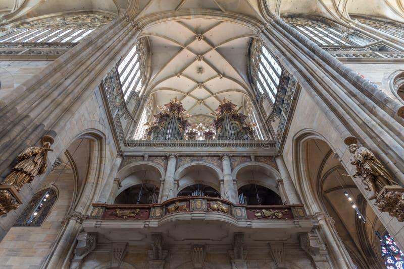 Интерьер собора St Vitus, Wenceslaus и Adalbert, Праги стоковое изображение rf