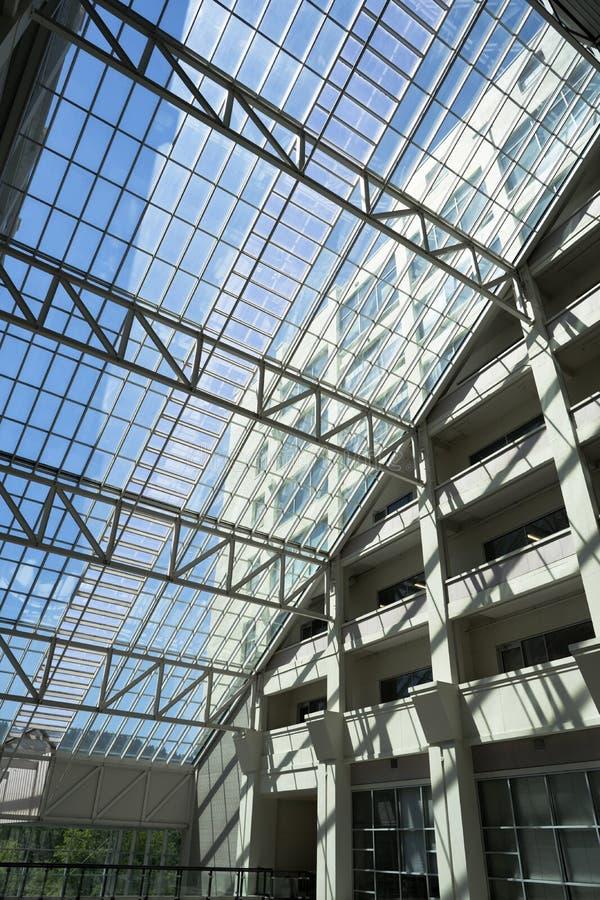 Интерьер современного здания с геометрическим архитектурноакустическим хлевом стоковое фото rf