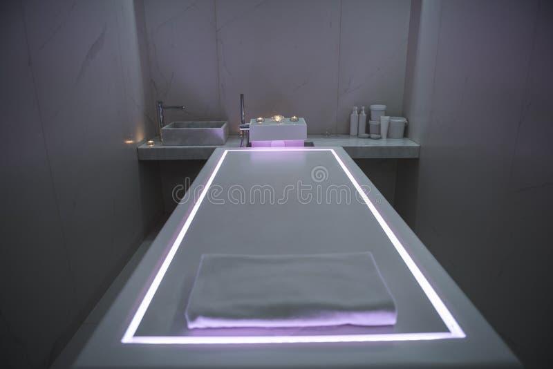 Интерьер современного массажного кабинета курорта с тусклым светом стоковые изображения rf
